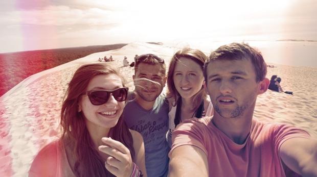 Ми з друзями на піщаній дюні Dune du Pilat біля океану.